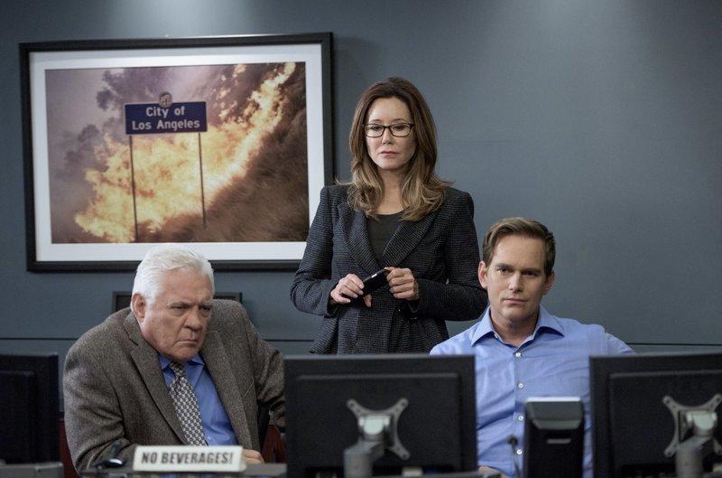 (v.l.n.r.) Louie (G.W. Bailey); Sharon (Mary McDonnell); Buzz (Phillip P. Keene) – Bild: 2015 Warner Bros. Entertainment Inc. All rights reserved. Lizenzbild frei