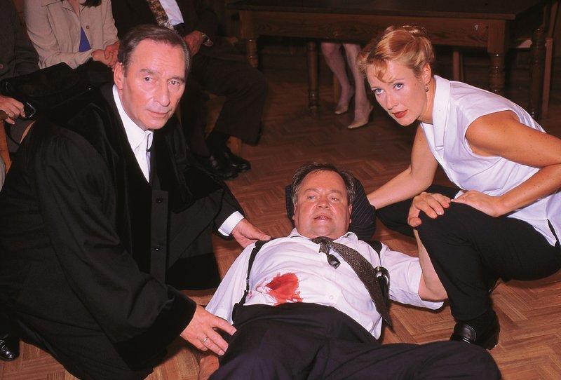 Oberstaatsanwalt Lotze (Henry van Lyck, l.) und Staatsanwältin Charlotte Glaser (Britta Schmeling) kümmern sich um den schwer verletzten Kriminalhauptkommissar Stefan Kehler (Wolfgang Bathke). – Bild: RTLplus