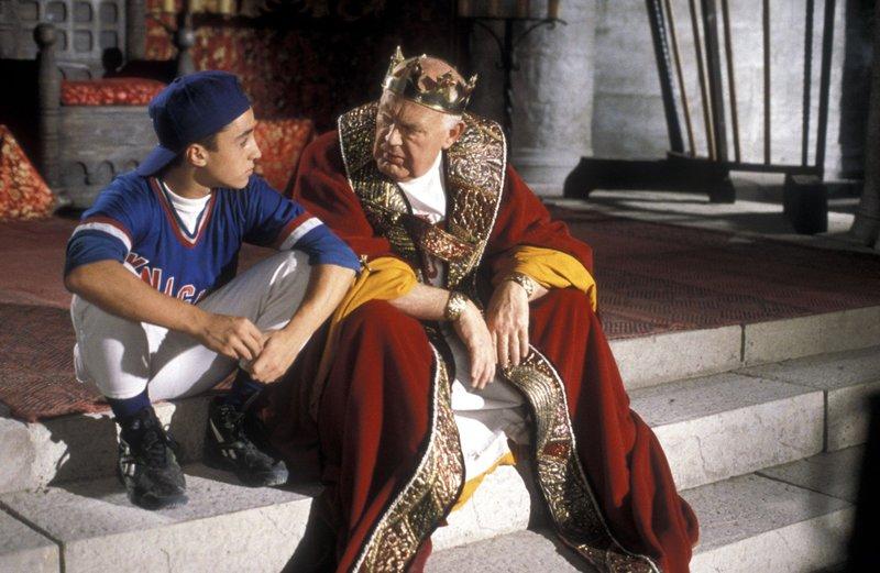 König Arthur (Joss Ackland) und der 15-jährige Calvin (Thomas Ian Nicholsen) hecken einen Plan aus. – Bild: Tele 5