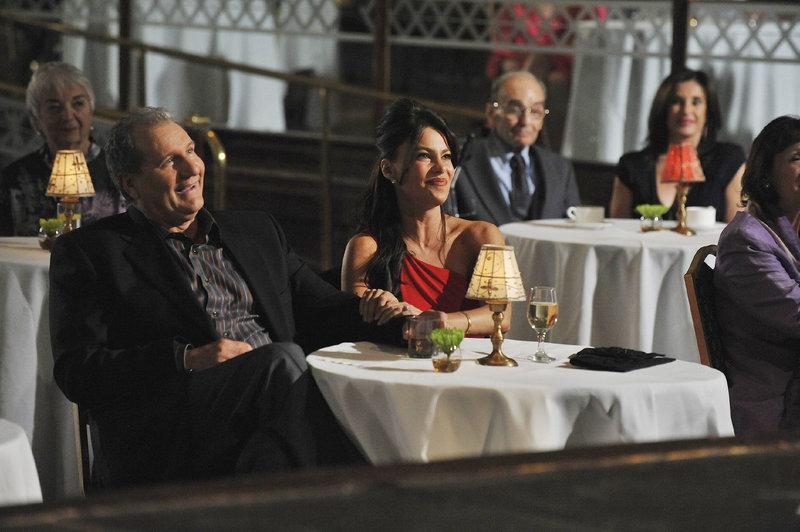 Jay (Ed O'Neill) und Gloria (Sofia Vergara) besuchen eine Comedyshow. – Bild: MG RTL D / FOX
