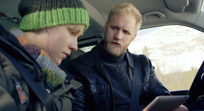 Lars und sein Vater werden Zeuge eines Hackerangriffes. – Bild: NDR