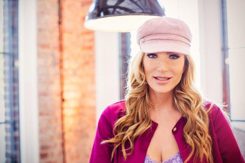 Wie schwer ist der Spagat als Alleinerziehende zwischen einem Neustart mit ihren zwei Söhnen im Ausland und dem Job als Modedesignerin in Deutschland? Designerin Sarah Kern nimmt die VOX-Zuschauer bei den ersten Schritten in ihr neues Leben mit. – Bild: VOX