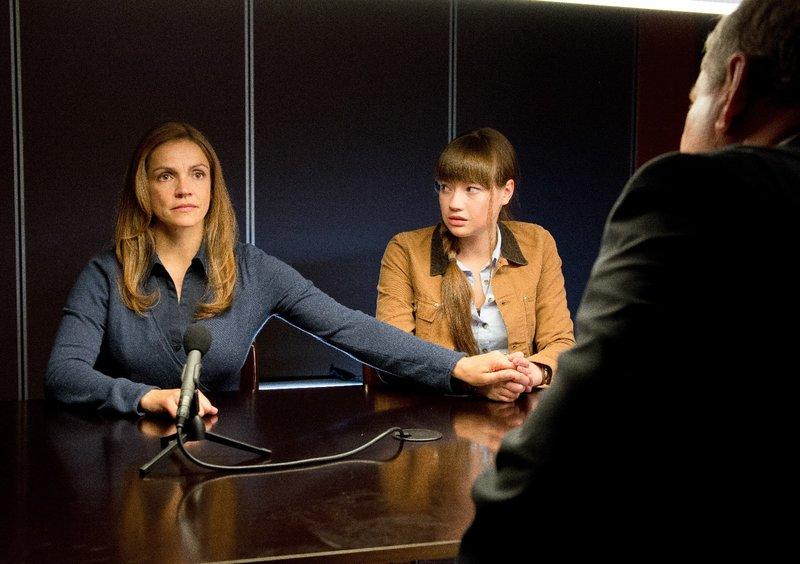 Meike Keller ( Rebecca Immanuel, l.) und Laura Keller (Chiara von Galli, r.) gegenüber Bernd Reuther (Rainer Hunold) – Bild: ZDF und Andrea Enderlein