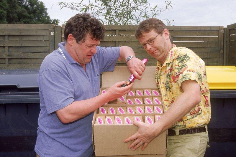 Benno (Willi Thomczyk, li.) und Lothar (Rene Heinersdorff) wollen die Kiste mit den Vibratoren im Müll entsorgen. Doch dann entdecken die Männer, dass einer der Vibratoren fehlt! – Bild: RTLplus / Frank Dicks