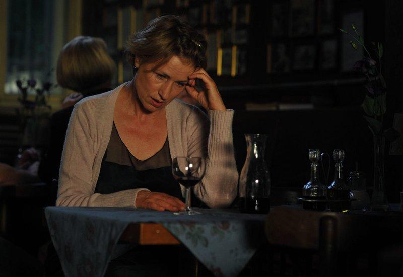 """""""Ihr Brief zur Hochzeit"""": Hanna (Corinna Harfouch) alleine und einsam in der Trattoria. – Bild: SWR/SWR"""
