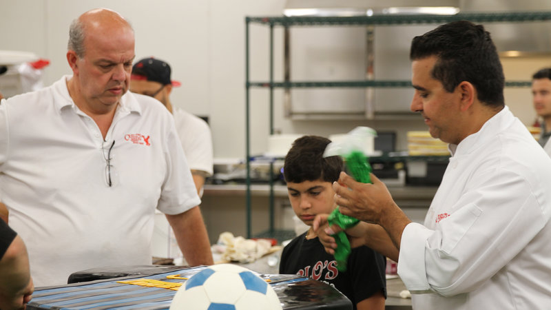 Buddy Valastro, Mauro and Buddy Jr. work on soccer cake. – Bild: High Noon Entertainment