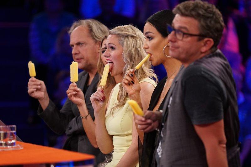 V.l.: Uwe Ochsenknecht, Tanja Szewczenko, Ruth Moschner, Verona Pooth und Hans Sigl lassen sich ein Eis schmecken. – Bild: RTL / Stefan Gregorowius