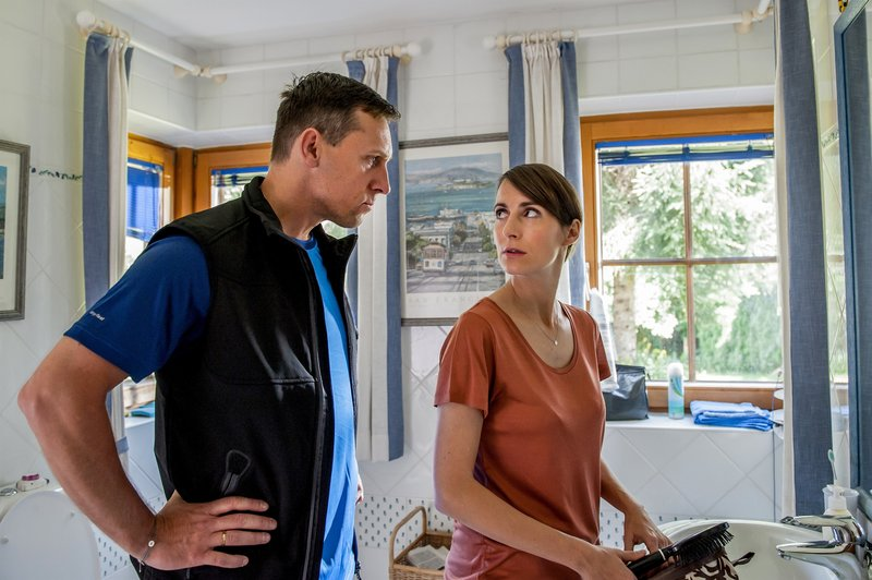Martin Oberhauser (Andi Pircher), Monica Reyes (Barbara Pircher). – Bild: ORF 1