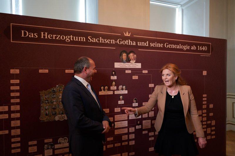 Die Herzogin von York mit Gothas Herzogin Luise vor dem Stammbaum der Herzöge von Sachsen-Gotha. – Bild: ZDF und Tino Sieland.