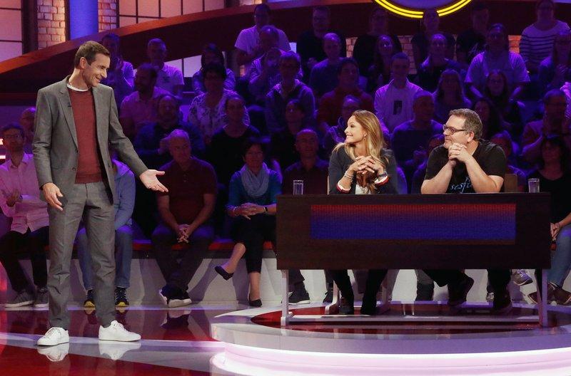 Moderator Kai Pflaume (l.) mit Rateteam-Kapitän Elton (r.) und der Schauspielerin und Moderatorin Jana Schölermann (M.). – Bild: ARD/Morris Mac Matzen