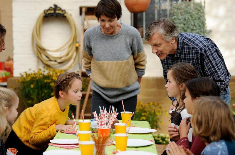 Ein Bild aus glücklicheren Tagen: Tom (Felix Klare), Anni (Lisa Marie Trense) und Julia (Julia Koschitz) als glückliche Familie. – Bild: SWR/FFP New Media GmbH/Bernd Spa / SWR Presse/Bildkommunikation