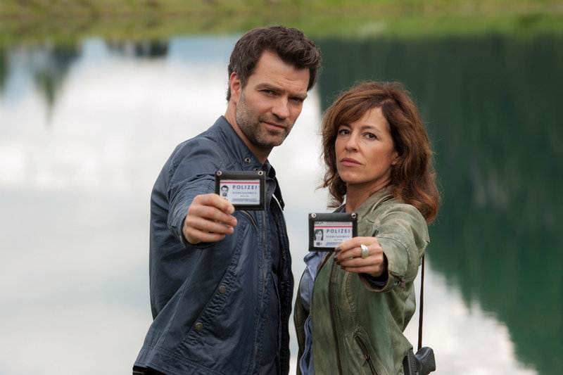 SOKO Kitzbühel - Staffel 15 Unsterblich, Folge 197 Jakob Seeböck als Lukas Roither Julia Cencig als Nina Pokorny. SRF/ORF/Stefanie Leo – Bild: SRF2