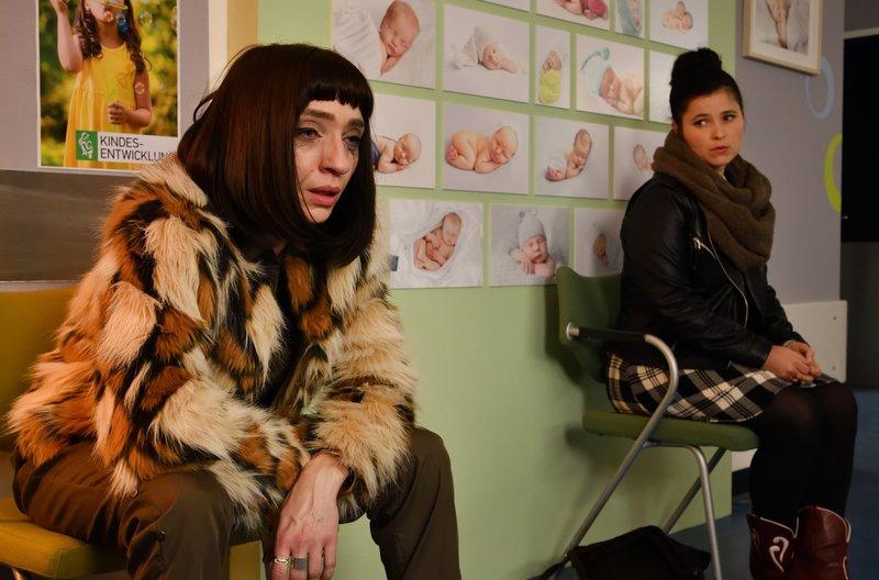 Ada Holländer (Anna Fischer, r.) hat großes Mitleid mit der Französin Chloé Mura (Olivia Gräser, l.), die sich in einer existentiellen Krise befindet. – Bild: ARD/Hardy Spitz