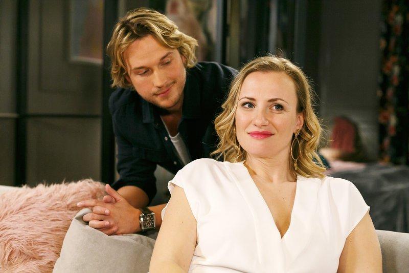 Isabelle (Ania Niedieck) freut sich insgeheim, als Finn (Christopher Kohn) bei ihr bleibt. – Bild: RTL Passion