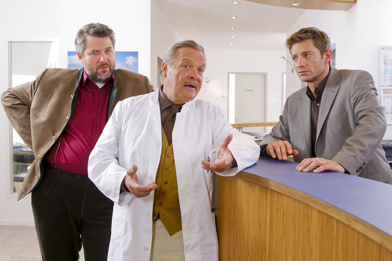 Dr. Mertens (Fritz von Friedl, m.) macht sich bei den Kommissaren Sven Hansen (Igor Jeftic, r.) und Stadler (Dieter Fischer, l.) höchst verdächtig. – Bild: ORF