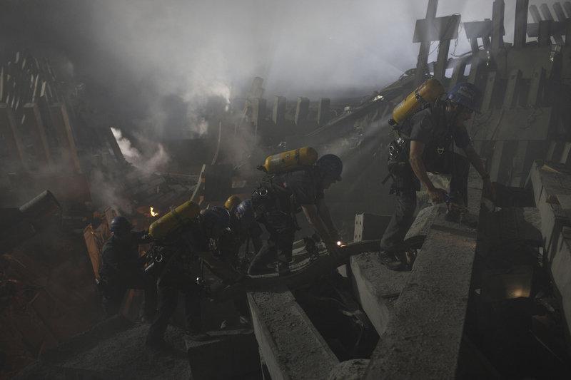 Die Rettungstrupps ersuchen verzweifelt, die Verletzten und Toten aus den Trümmern zu bergen, doch dann passiert etwas Schreckliches ... – Bild: TM & © Paramount Pictures. All Rights Reserved. Lizenzbild frei