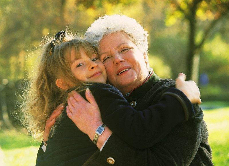 Auch Martha (Erna Wassmer, r.) hat Iris (Jana Kilka) ins Herz geschlossen. – Bild: RTL Passion