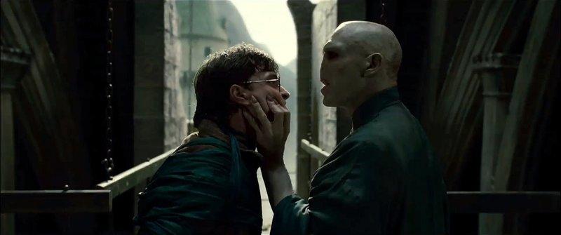 Dunkle Zeiten warten auf Zauberlehrling Harry Potter (Daniel Radcliffe, l.) und seine Freunde: Lord Voldemort (Ralph Fiennes, r.) und seine Anhänger übernehmen die Kontrolle über Hogwarts und die Welt der Zauberer ... – Bild: Warner Bros. Entertainment Inc. Lizenzbild frei