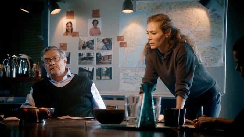 Polizeichef Hartman (Allan Svensson) schickt Maria Wern (Eva Röse) nach Stockholm, um einen Doppelmord aufzuklären. – Bild: ARD Degeto/Warner Bros./Repro