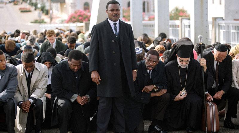 Wie reagiert die Polizei? Martin Luther King (David Oyelowo, vorne) führt einen Protestmarsch an, der auf der Edmund-Pettus-Brücke zum Stehen kommt. – Bild: ARD Degeto/BR/Paramount Pictures