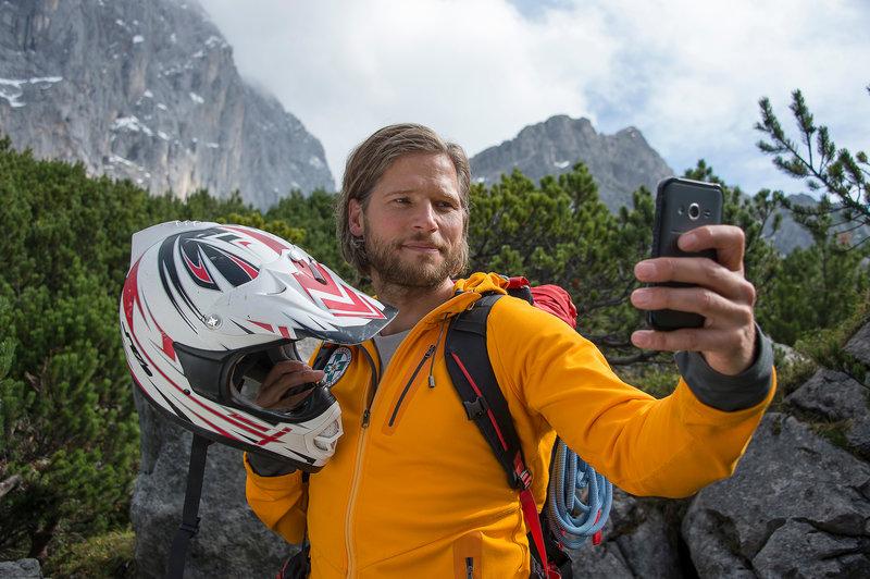 Markus (Sebastian Ströbel) findet einen Helm. Gehört der dem vermissten Paul? – Bild: ZDF und Thomas R. Schumann