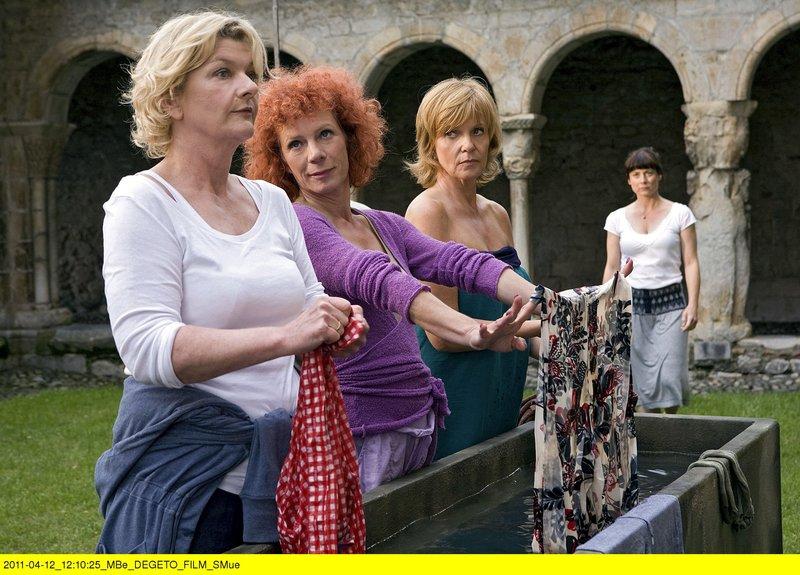 Auf ihrer Pilgerreise nach Lourdes gibt es für die Freundinnen (von links) Eva (Saskia Vester), Estelle (Nina Hoger), Caroline (Ulrike Kriener) und Judith (Inka Friedrich) so einiges an schmutziger Wäsche zu waschen. – Bild: ARD Degeto/BR/Conny Klein