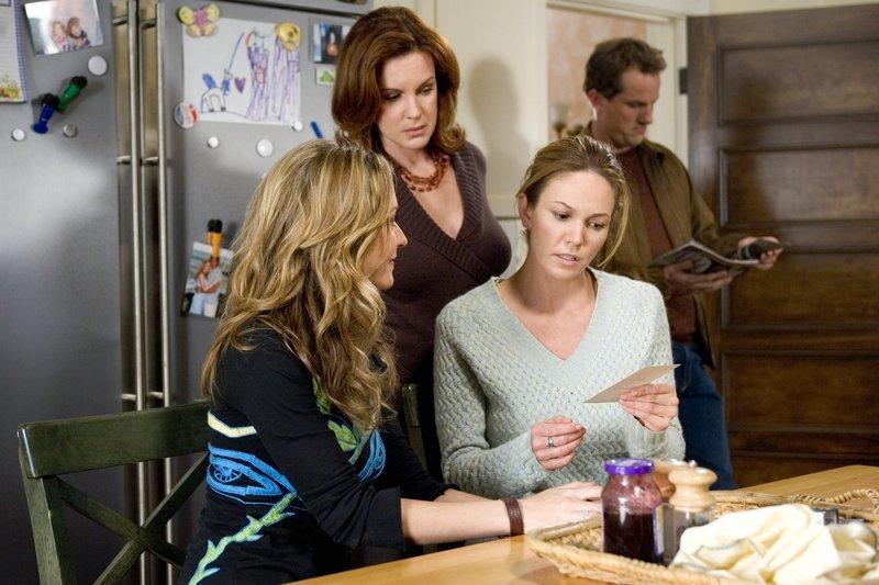 Sarahs (Diane Lane, r.) Schwestern Christine (Ali Hillis, l..) und Carol (Elizabeth Perkins, M.) beraten Sarah nach besten Kräften bei ihrer Suche nach dem richtigen Mann ... – Bild: Warner Brothers Lizenzbild frei