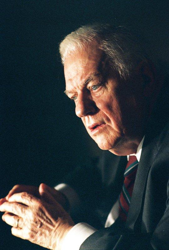 Ernest Yost (Charles Durning), ehemals Marine Corporal, ist Träger der Tapferkeitsmedaille, weil er im Zweiten Weltkrieg im Kampf gegen die Japaner seine vorgeschobene Stellung so gut wie allein verteidigt hat. Doch Jahre später taucht er beim NCIS auf, um sich selbst anzuzeigen ... – Bild: CBS Television Lizenzbild frei