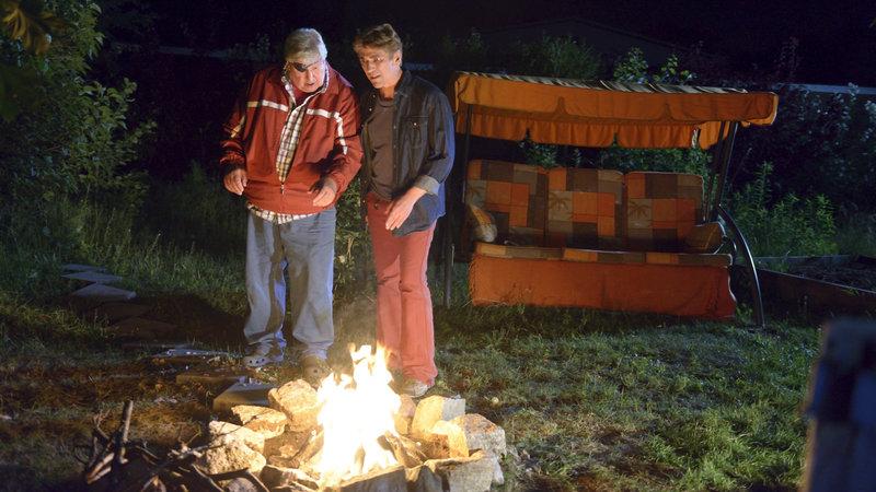 Fritz Fuchs (Guido Hammesfahr, r.) wird misstrauisch: Nachbar Paschulke (Helmut Krauss, l.) plant irgendetwas Merkwürdiges, das mit seinen Salamandern und dem Feuer zu tun hat. – Bild: ZDF und Antje Dittmann