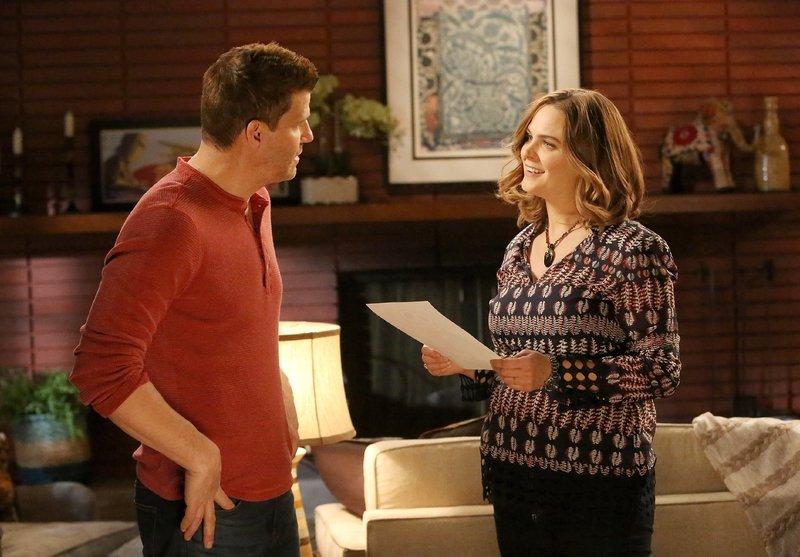 Booth (David Boreanaz) und Brennan (Emily Deschanel) können nach den mühsamen Ermittlungen im Mordfall der jungen Pflichtverteidigerin endlich ihre Zweisamkeit und Ruhe genießen. – Bild: TVNOW / FOX