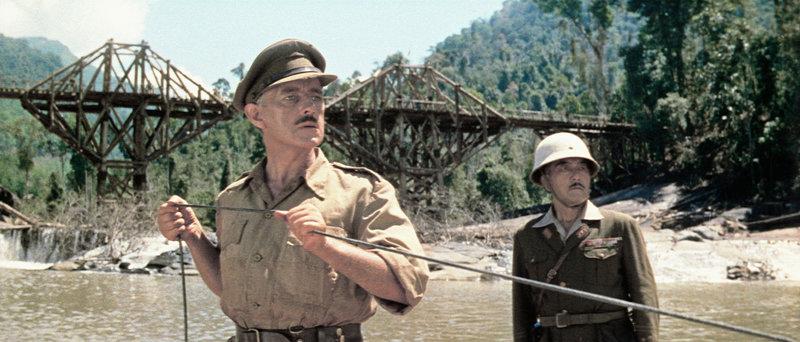 Bei ihrem täglichen Kontrollgang entdecken Oberst Nicholson (Alec Guinness, l.) und Oberst Saito (Sessue Hayakawa, r.) die Dynamitschnur und versuchen, in letzter Sekunde, die Sprengung der Brücke zu verhindern ... – Bild: PREMIERE