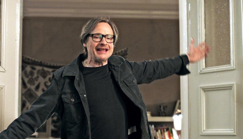 Johannes (Michael Wittenborn) hat sich eine neue Brille angeschafft. – Bild: ARD Degeto/BR/Westhoff Film GmbH/DRIFE Filmproduktion