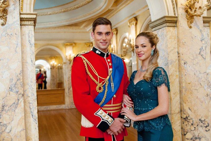 Alex (Callum Alexander) erfährt überraschend, dass er als Kronprinz den Platz auf dem Thron annehmen muss. Wird seine Freundin Samantha (Alexis Knapp) ihr altes Leben aufgeben? – Bild: RTL