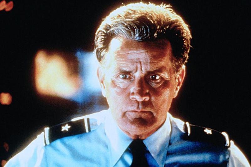 General Roberts (Martin Sheen) will Orkane als Waffe nutzen. – Bild: Tele 5