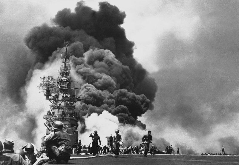 Seit Ende 1944 stürzen sich japanische Piloten bei Kamikaze-Angriffen auf US-amerikanische Kriegsschiffe in den Tod. – Bild: ZDF und National Archives.