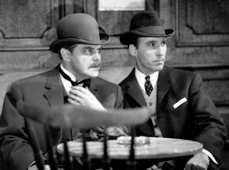 Sherlock Holmes (Christopher Lee) und Dr. Watson (Thorley Walters, li.) ermitteln im Londoner Hafenmilieu. – Bild: ARD Degeto/BR