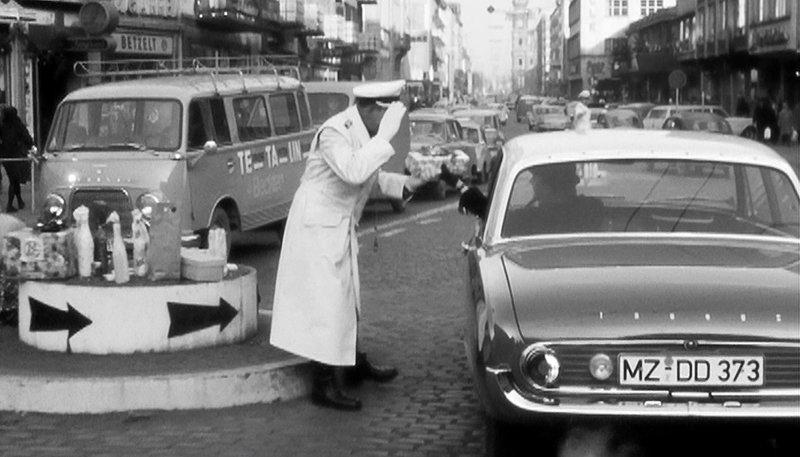 SWR Fernsehen ALS DER SÜDWESTEN FAHREN LERNTE, am Mittwoch (03.06.15) um 23:30 Uhr. Das waren noch Zeiten: Weihnachtsgeschenke für den Herrn Polizisten. Solche Präsente – wie hier in Mainz – waren bis in die 60er Jahre fester Bestandteil vorweihnachtlicher Nettigkeiten unter den Verkehrsteilnehmern. – Bild: SWR