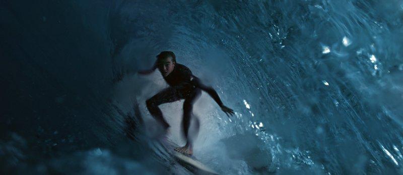 Simon (Gabin Verdet) ist mit seinen Freunden zum Surfen gefahren. Von der Tragödie, die sich danach entwickelt, ahnt noch niemand etwas. – Bild: WDR/Wild Bunch