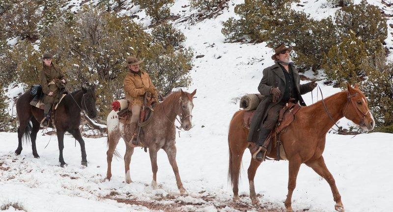 """Als ihr Vater ermordet wird, sinnt die 14-jährige Mattie Ross (Hailee Steinfeld, l.) auf Rache. Sie heuert den versoffenen Marshall Reuben """"Rooster"""" Cogburn (Jeff Bridges, r.) an. Gemeinsam mit ihm und dem Texas Ranger LaBoeuf (Matt Damon, M.), der die Kopfprämie kassieren will, jagen sie dem Flüchtigen hinterher ... – Bild: (2010) PARAMOUNT PICTURES. All rights reserved. Lizenzbild frei"""