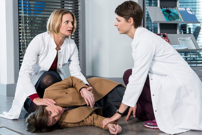 Im Eingangsbereich des Klinikums bricht eine Frau (Gisa Zach, M.) zusammen Dr. Koshka (Katharina Nesytowa, r.) glaubt, dass Dr. Ruhland (Gunda Ebert, l.) die Frau kennt. – Bild: ARD/Jens Ulrich Koch