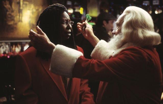 Wird es der Weihnachtsmann (Nigel Hawthorne, r.) schaffen, Lucy (Whoopi Goldberg, l.) für den Job zu gewinnen? – Bild: Disney Channel