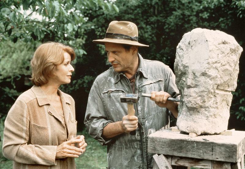 Die ambitionierte aber erfolglose Malerin Marie (Senta Berger) holt sich einen Rat von ihrem Bildhauer-Freund Gerd (Konstantin Wecker). – Bild: NDR/Degeto