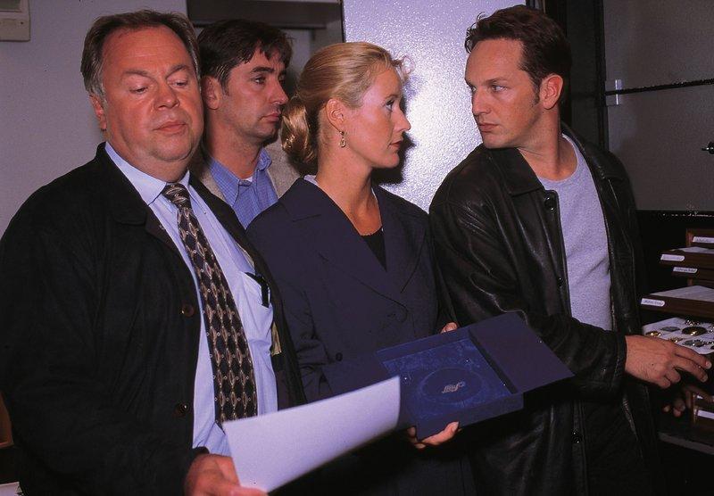 Die Kommissare Kehler (Wolfgang Bathke, l.), Bongartz (Max Gertsch, r.) und Staatsanwältin Glaser (Britta Schmeling) stellen fest, dass jemand mit den Diamanten geflüchtet ist (h. Komparse). – Bild: RTLplus