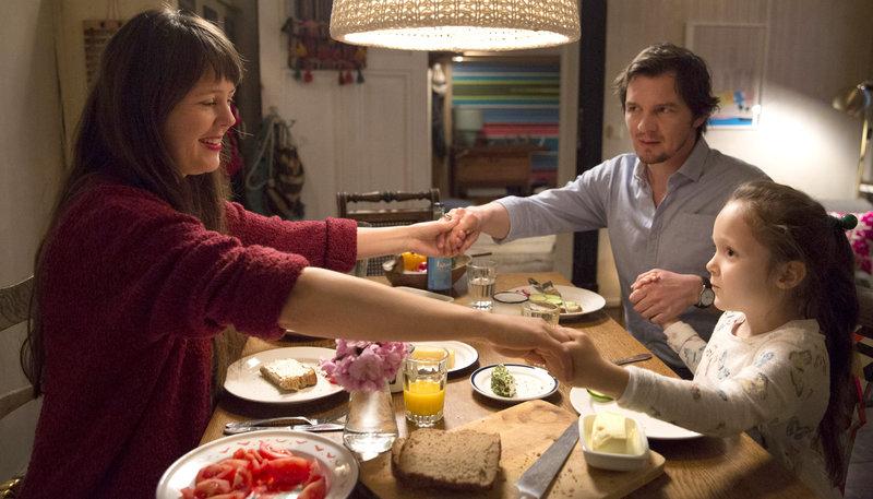 Philipp (Felix Klare) genießt das Familienleben bei Katharina (Zora Thiessen) und ihrer Tochter Nele (Greta Schmidt). – Bild: ARD Degeto/Frédéric Batier
