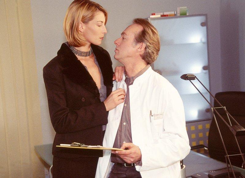 Dr. Roehrs (Siemen Rühaak), der Laura gerade einen Heiratsantrag gemacht hat, kann einfach nicht treu sein: Er beginnt mit seiner Patientin Elvira (Giulia Siegel) einen heftigen Flirt. – Bild: RTLplus