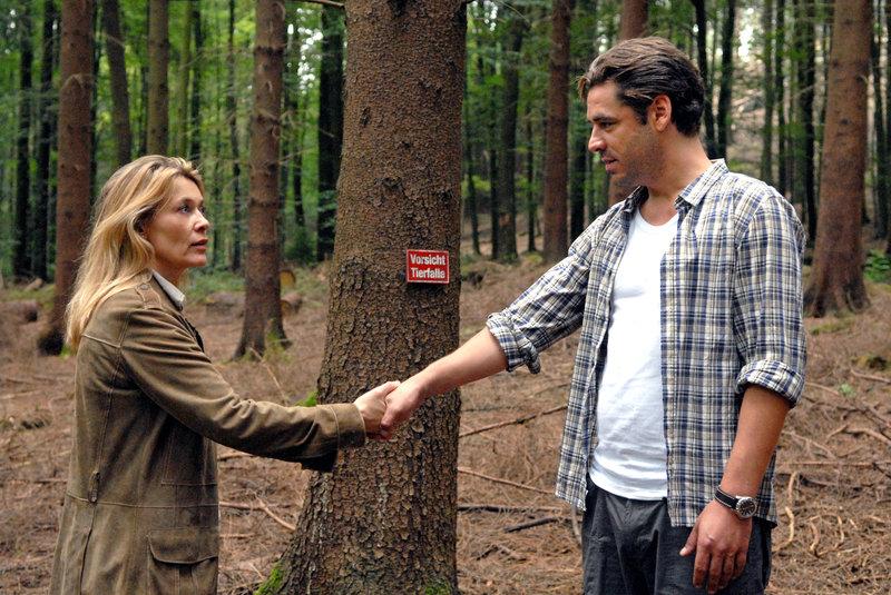Im Wald trifft Christiane (Barbara Rudnik, l.) erneut auf ihren Nachbarn Stefan Seydlitz (Tobias Oertel, r.). – Bild: Sat.1 Eigenproduktionsbild frei