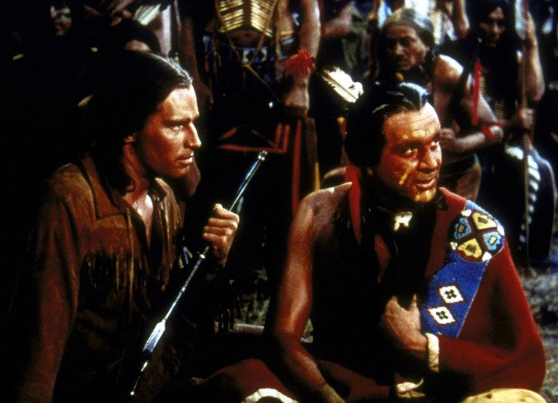 Nach einem Indianer-Überfall auf einen Siedlertreck ist der einzige überlebende Weiße der elf-jährige Jim Aherne (Charlton Heston, l.). Der Sioux-Häuptling Yellow Eagle (Ian MacDonald, r.) nimmt sich seiner an und zieht ihn wie seinen eigenen Sohn auf ... – Bild: Paramount Pictures Lizenzbild frei