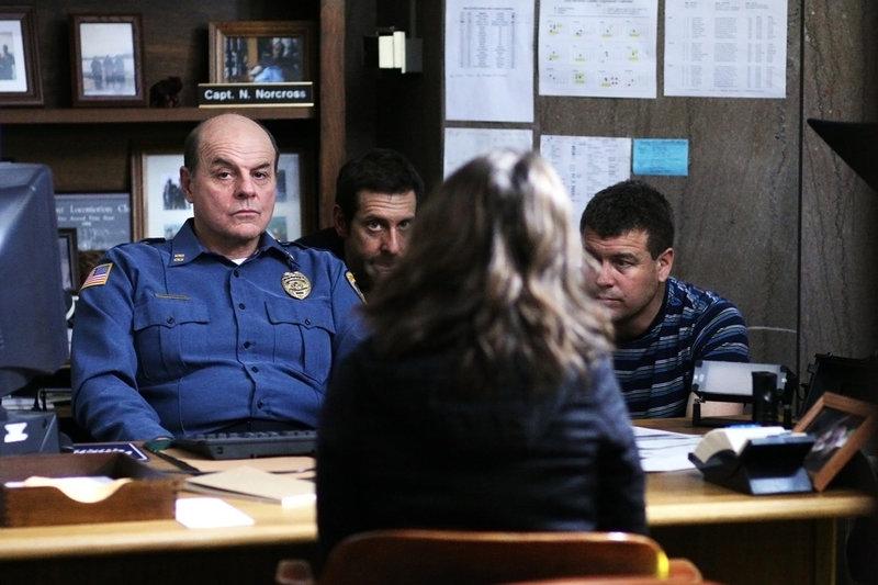 Captain Nathan Norcross (Michael Ironside) zieht bei dem schwierigen Fall Polizistin Megan Paige (Eliza Dushku) als Beraterin hinzu. – Bild: Tele 5