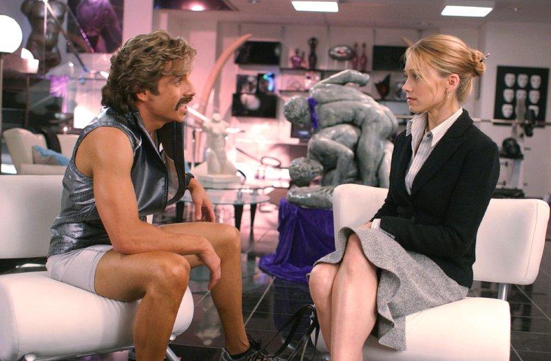 """Mit Hilfe der hübschen Finanzanwältin Kate Veatch (Christine Taylor) will der Besitzer der Fitnessstudio-Kette GloboGym die angegammelte Mucki-Bude """"Average Joes"""" übernehmen. – Bild: RTL"""