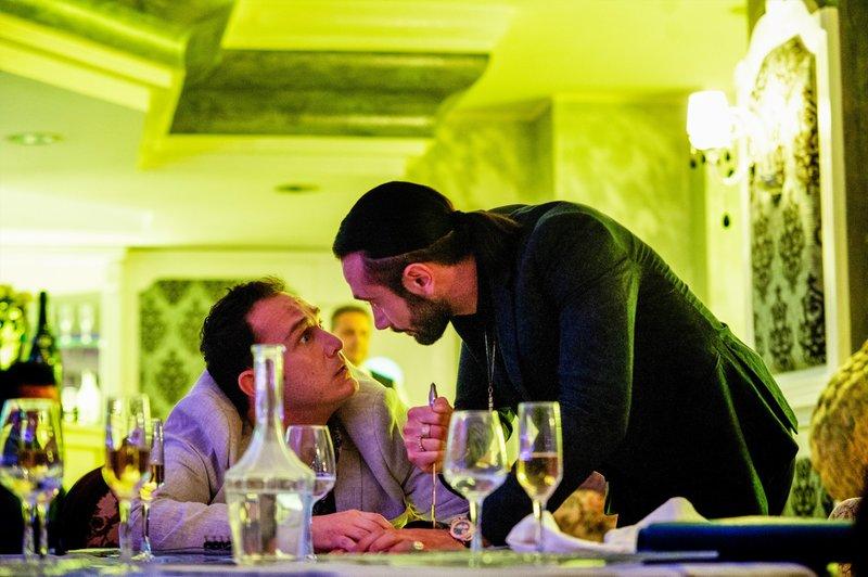 Contes Handlanger O'Mulatto (Luca Gallone) hat es gewagt, sich über den Transvestiten Nina lustig zu machen. Conte (Marco Palvetti) nimmt blutige Rache. – Bild: ORF2